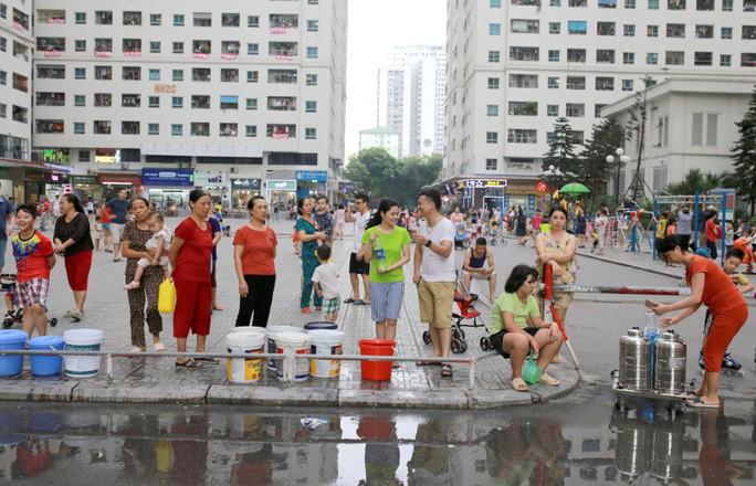 Sau sự cố nguồn nước nhiễm dầu, Công ty nước sạch Sông Đà xin lỗi dân, miễn tiền nước 1 tháng - Ảnh 1.