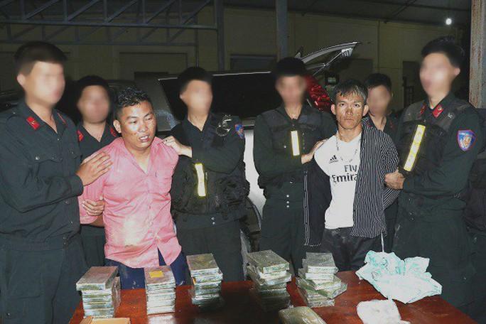 Cảnh sát nổ súng trấn áp 2 kẻ buôn 30 bánh heroin, 6.000 viên ma túy đi ôtô manh động chống trả - Ảnh 1.