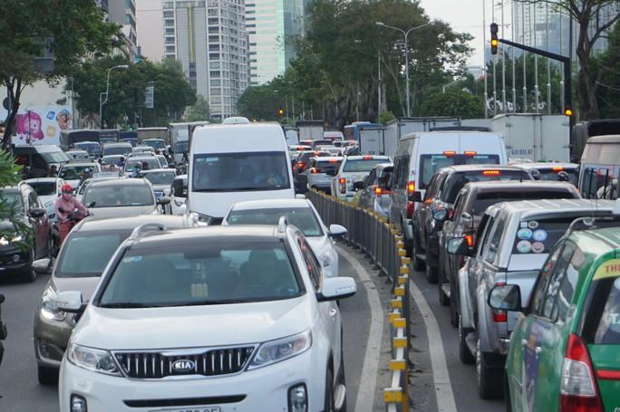 Hầm sông Sài Gòn đóng 2 giờ, đường xung quanh kẹt cứng - Ảnh 5.