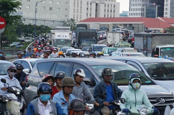 Hầm sông Sài Gòn đóng 2 giờ, đường xung quanh kẹt cứng - Ảnh 1.