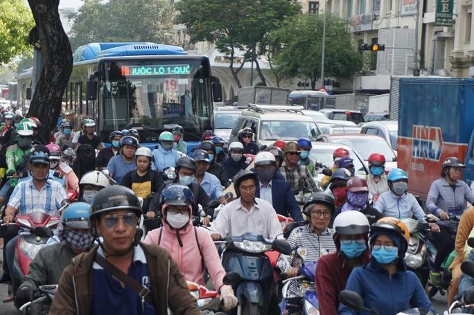 Hầm sông Sài Gòn đóng 2 giờ, đường xung quanh kẹt cứng - Ảnh 3.