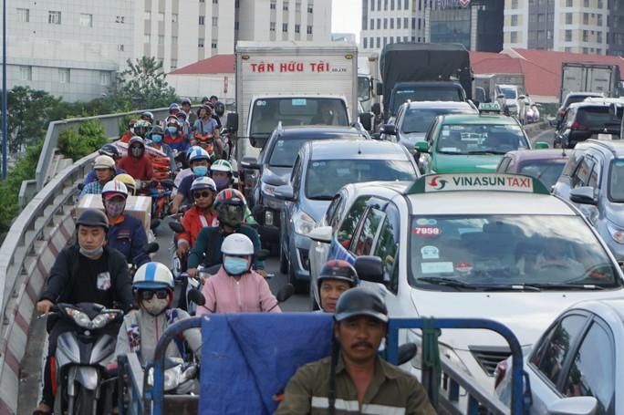 Hầm sông Sài Gòn đóng 2 giờ, đường xung quanh kẹt cứng - Ảnh 2.