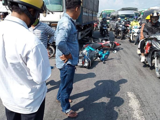 Xe tải mất thắng lùa hàng loạt xe máy dừng đèn đỏ, 11 người bị thương - Ảnh 3.