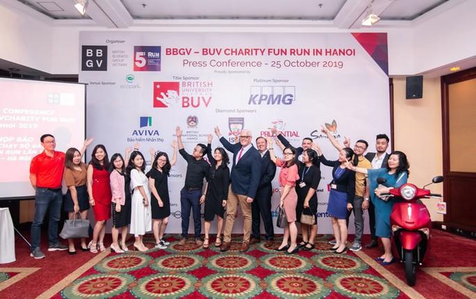 Đại sứ Anh và ca sĩ Đàm Vĩnh Hưng tham gia chương trình chạy bộ Fun Run - Ảnh 2.