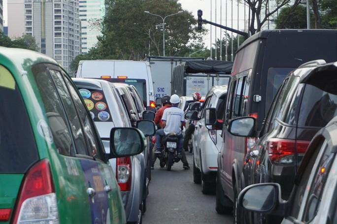 Hầm sông Sài Gòn đóng 2 giờ, đường xung quanh kẹt cứng - Ảnh 4.