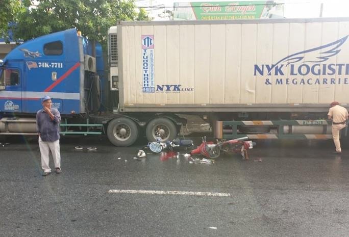 Tai nạn liên hoàn, một nạn nhân chấn thương sọ não trên đường đi làm - Ảnh 2.