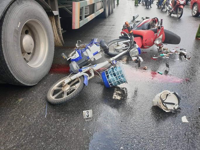 Tai nạn liên hoàn, một nạn nhân chấn thương sọ não trên đường đi làm - Ảnh 1.