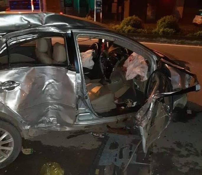 Xe 4 chỗ bị xe khách tông nát, 3 người tử vong, tài xế nguy kịch - Ảnh 2.
