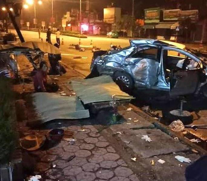 Xe 4 chỗ bị xe khách tông nát, 3 người tử vong, tài xế nguy kịch - Ảnh 1.