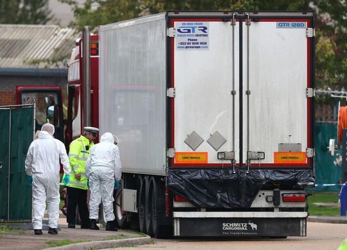 Vụ 39 thi thể trong container: Nạn nhân đập cửa cầu cứu, để lại dấu tay máu - Ảnh 1.