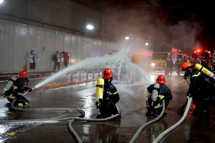 CLIP: Cận cảnh diễn tập chữa cháy quy mô lớn ở hầm sông Sài Gòn - Ảnh 4.