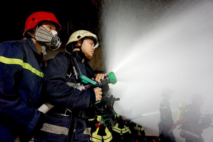 CLIP: Cận cảnh diễn tập chữa cháy quy mô lớn ở hầm sông Sài Gòn - Ảnh 8.