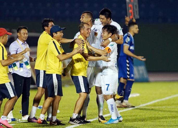 Trọng tài Nguyễn Đình Thái lại khiến CLB TP HCM thua oan, suýt bỏ trận đấu - Ảnh 3.