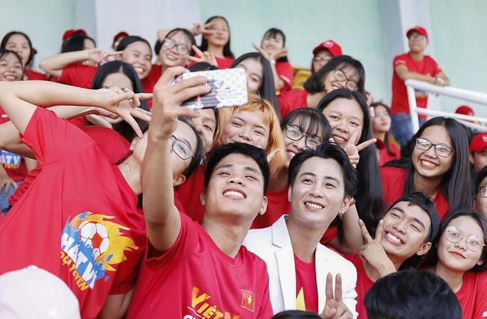 Cầu thủ Tuấn Anh xé niêm phong, công bố nhạc sĩ Võ Thiện Thanh ôm giải 300 triệu đồng - Ảnh 6.
