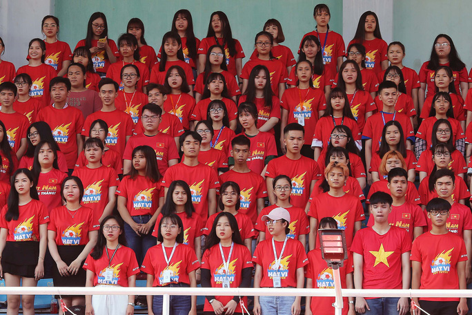 Cầu thủ Tuấn Anh xé niêm phong, công bố nhạc sĩ Võ Thiện Thanh ôm giải 300 triệu đồng - Ảnh 1.