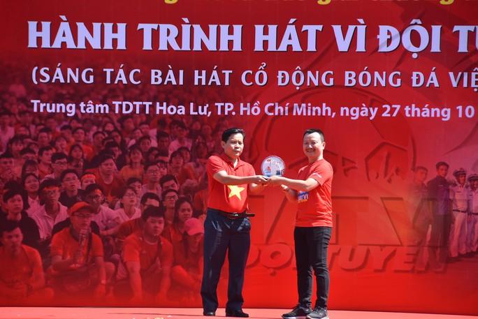 Cầu thủ Tuấn Anh xé niêm phong, công bố nhạc sĩ Võ Thiện Thanh ôm giải 300 triệu đồng - Ảnh 17.