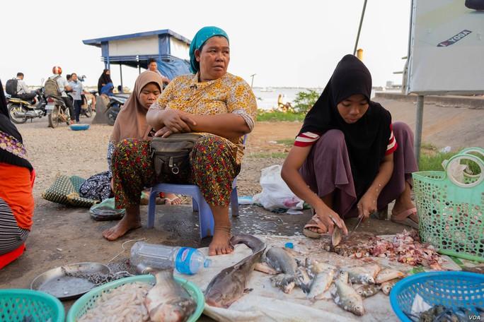Campuchia: Xưa bắt cá bằng tay, nay thả lưới lớn cả ngày chẳng có chi - Ảnh 3.