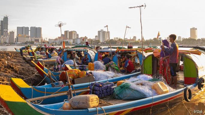 Campuchia: Xưa bắt cá bằng tay, nay thả lưới lớn cả ngày chẳng có chi - Ảnh 2.