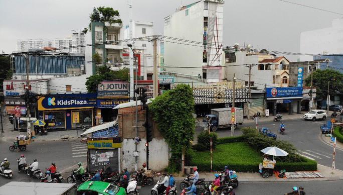 Căn nhà xấu xí án ngữ giữa đường tại TP HCM - Ảnh 7.