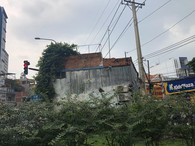 Căn nhà xấu xí án ngữ giữa đường tại TP HCM - Ảnh 6.