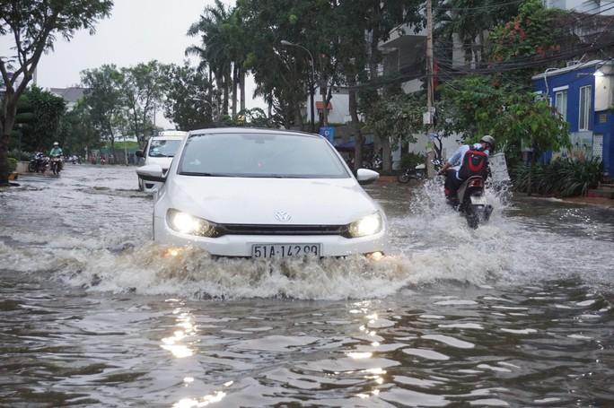 Nước cuồn cuộn ở khu nhà giàu Thảo Điền trong đỉnh triều dâng - Ảnh 2.