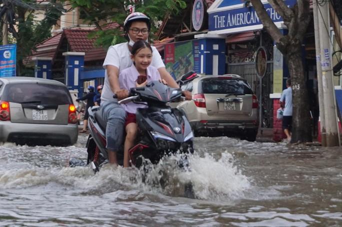 Nước cuồn cuộn ở khu nhà giàu Thảo Điền trong đỉnh triều dâng - Ảnh 1.