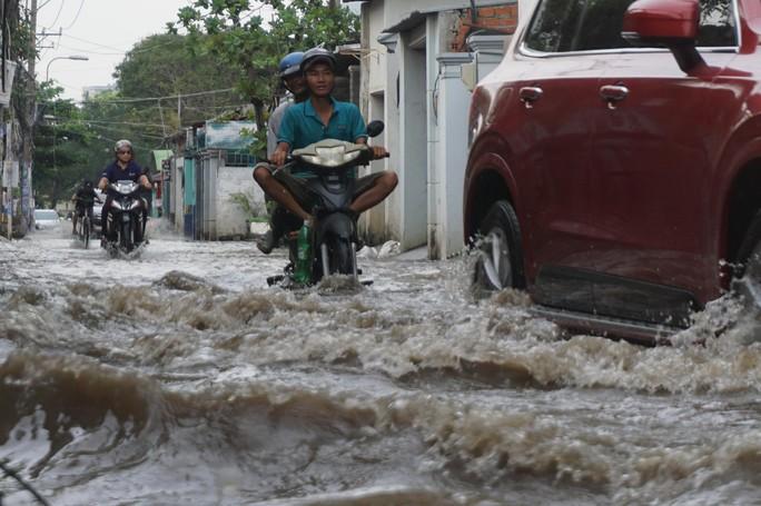 Nước cuồn cuộn ở khu nhà giàu Thảo Điền trong đỉnh triều dâng - Ảnh 7.
