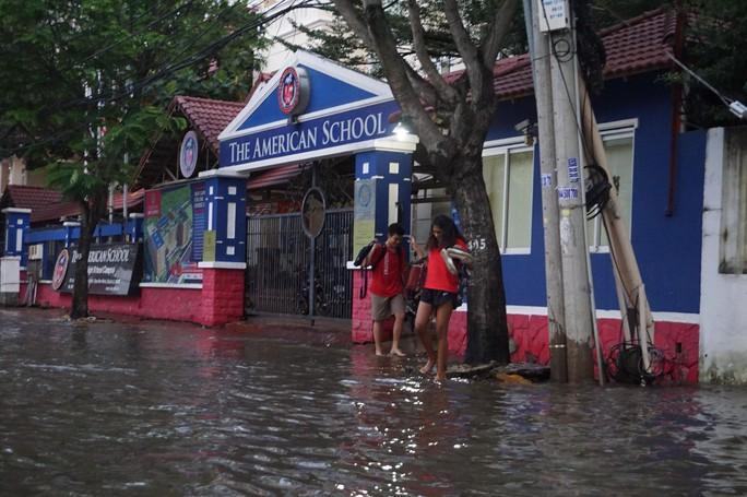 Nước cuồn cuộn ở khu nhà giàu Thảo Điền trong đỉnh triều dâng - Ảnh 5.