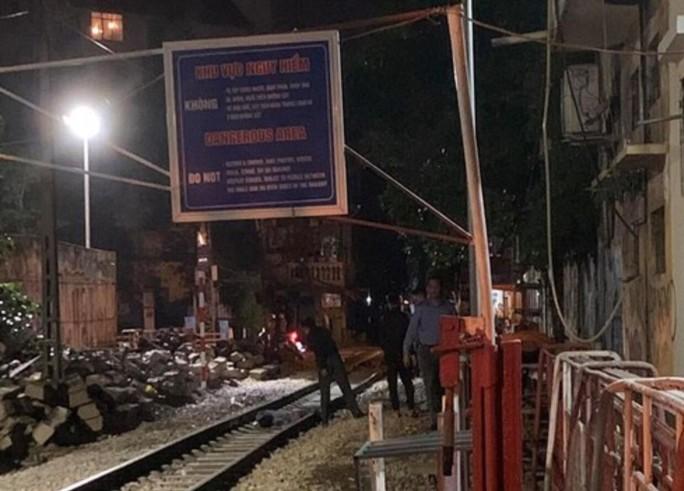 Hà Nội: Người đàn ông bị tàu hỏa tông tử vong gần phố cà phê đường tàu - Ảnh 1.