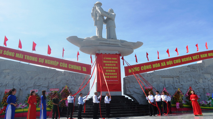 Khánh thành Tượng đài sự kiện tập kết 1954 tại Đồng Tháp - Ảnh 8.