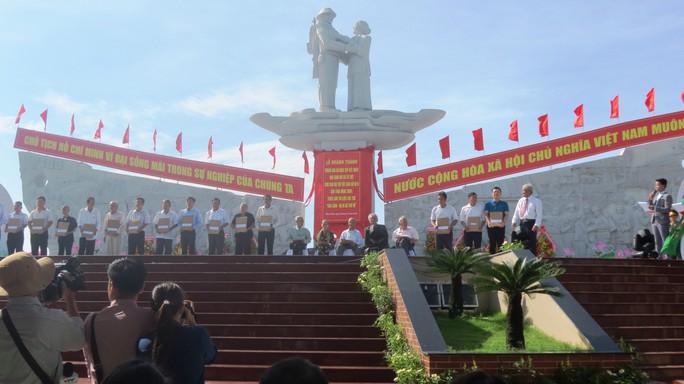 Khánh thành Tượng đài sự kiện tập kết 1954 tại Đồng Tháp - Ảnh 9.