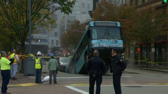 Xe buýt bị nuốtxuống hố sâugiữa trung tâm thành phố - Ảnh 2.