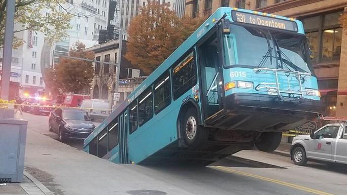 Xe buýt bị nuốtxuống hố sâugiữa trung tâm thành phố - Ảnh 1.