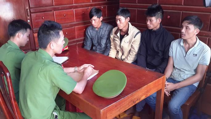 Tạm giữ 5 đối tượng đầu độc hơn 1.000 cây thông ven đường Hồ Chí Minh - Ảnh 1.