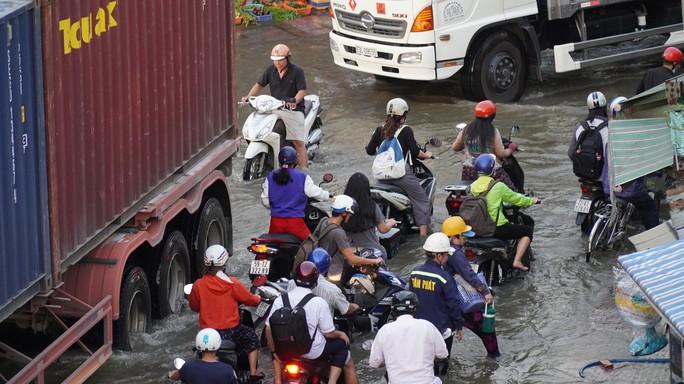 TP HCM: Triều cường gây ngập kinh hoàng ở quận 7 - Ảnh 4.