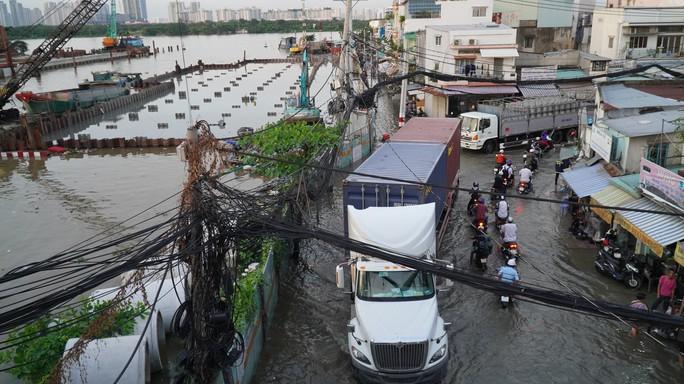 TP HCM: Triều cường gây ngập kinh hoàng ở quận 7 - Ảnh 2.