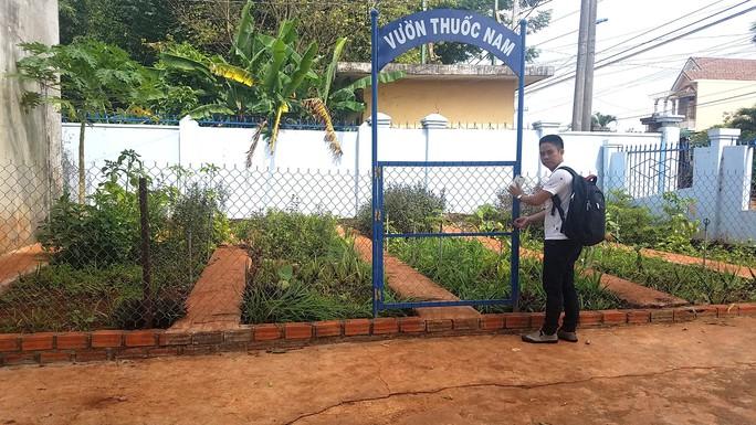 Hiệu trưởng làm rào chắn khu hiệu bộ để cách ly với học sinh - Ảnh 2.