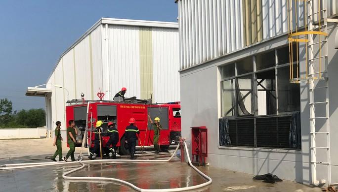 Cháy kho phế liệu, 2 nữ công nhân ngạt khói khi lao vào mở cửa - Ảnh 1.