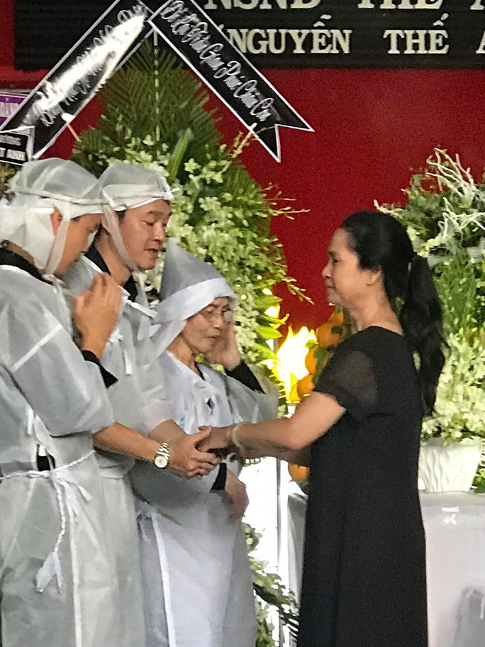 Đông đảo nghệ sĩ nghẹn ngào tiễn biệt NSND Thế Anh - Ảnh 4.