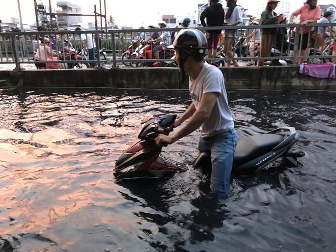 Chỉ mặt thủ phạm khiến bờ kè đường Mễ Cốc vỡ, nước đổ như thác - Ảnh 4.