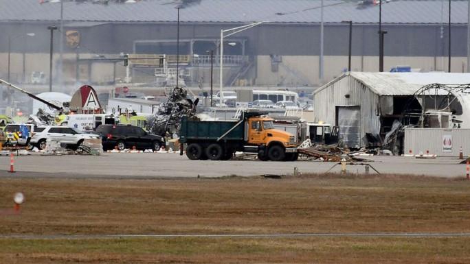 Mỹ: Pháo đài bay rơi xuống sân bay, ít nhất 7 người thiệt mạng - Ảnh 3.