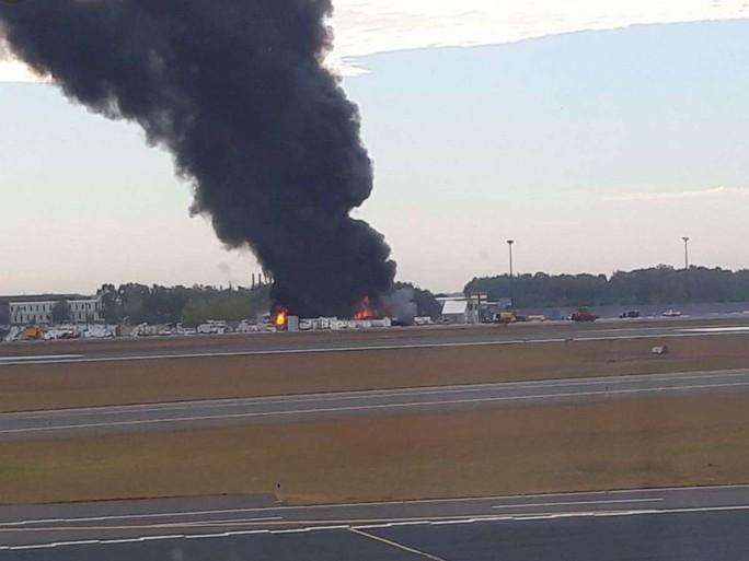 Mỹ: Pháo đài bay rơi xuống sân bay, ít nhất 7 người thiệt mạng - Ảnh 4.