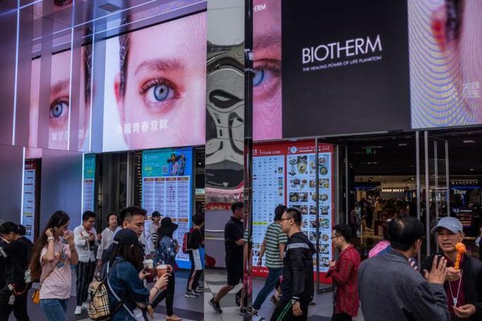 Dân Trung Quốc siết chặt hầu bao, kinh tế thế giới gặp khó - Ảnh 1.