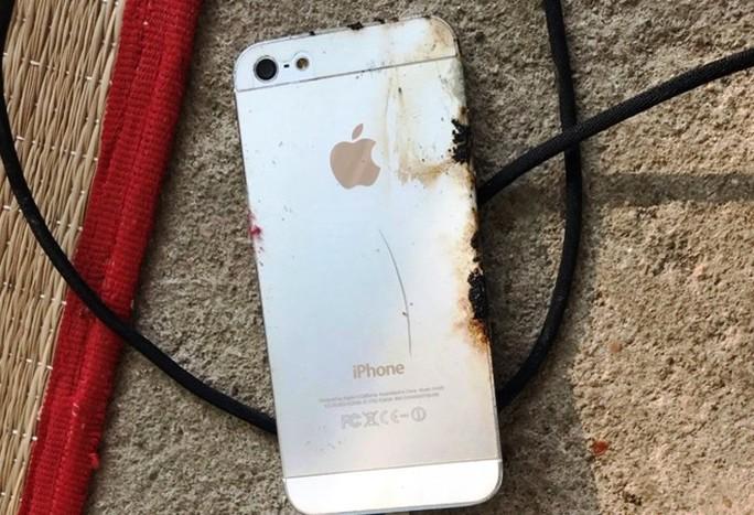 Xác định nguyên nhân nam thanh niên tử vong lúc sạc pin điện thoại - Ảnh 1.