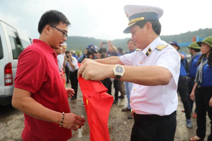 Trào dâng tự hào khi cờ Tổ quốc đến tay ngư dân - Ảnh 1.
