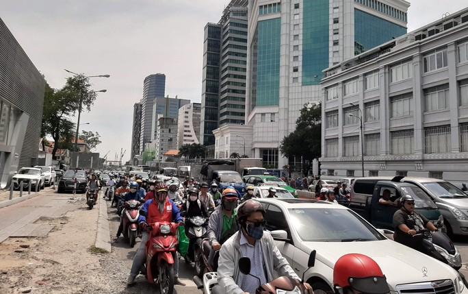 VIDEO: Xe bồn chạy giờ cấm nghiền xe máy giữa trung tâm TP HCM - Ảnh 4.