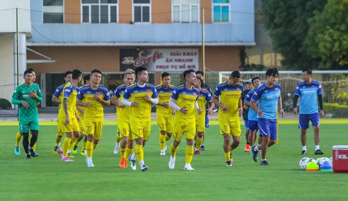 Cận cảnh buổi tập đầu tiên của Đội tuyển Việt Nam chuẩn bị cho trận gặp Thái Lan và UAE - Ảnh 1.
