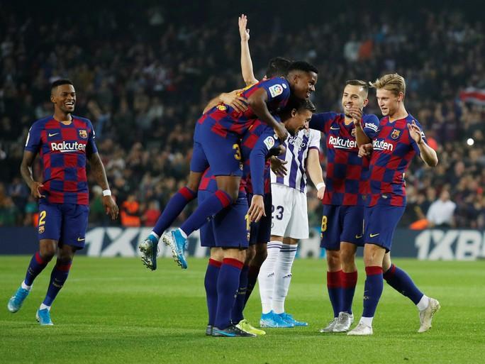 Messi loại đội bóng của Ronaldo, Barcelona tái chiếm La Liga - Ảnh 2.