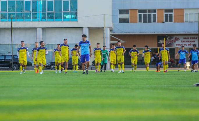 Cận cảnh buổi tập đầu tiên của Đội tuyển Việt Nam chuẩn bị cho trận gặp Thái Lan và UAE - Ảnh 4.