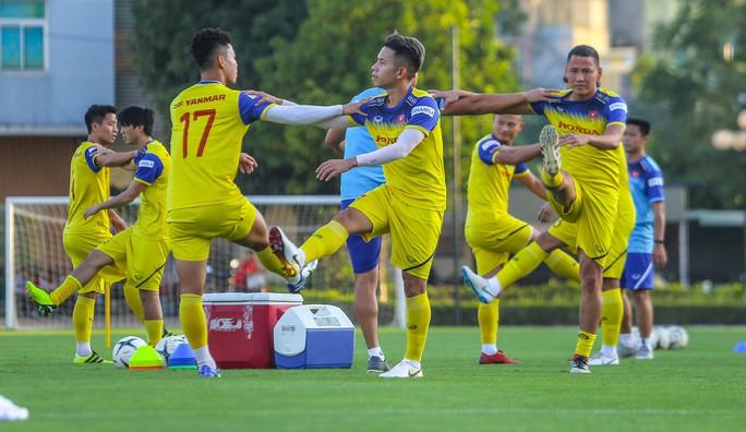 Cận cảnh buổi tập đầu tiên của Đội tuyển Việt Nam chuẩn bị cho trận gặp Thái Lan và UAE - Ảnh 6.